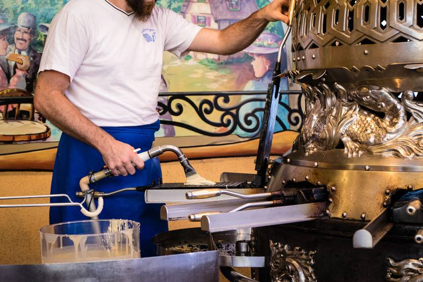 Mauritius Jahrmarkt Epinal - Kirmes in Epinal - Aktivitäten in Epinal - Karussell in Epinal - Western-Atmosphäre im Saloon zum Saint-Maurice Day